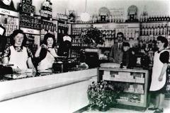 Datering 1947. Winkelinterieur van bakker Willem van de Ven