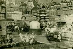 Datering 1950. Kuidenierswinkel en bakkerswinkel