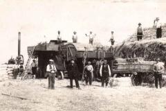 Datering 1928. Dorsen van graan met een stoommachine.
