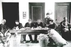 Datering 1922. Bezigheidstherapie voor de patiënten in Huize Padua.