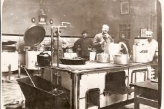 Datering 1920. Kijkje in de keuken