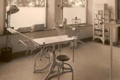 Datering 1950. Interieur van de polikliniek
