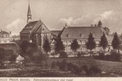 Datering 1930. Administratiegebouw en de kapel van Huize Padua.