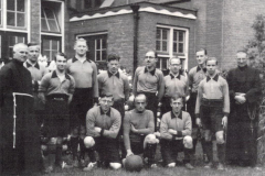 Datering 1954. Elftal van Concordia, voetbalclub van Huize Padua.