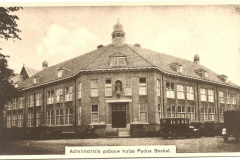 Datering 1920.  Oude hoofdingang / oude hoofdgebouw