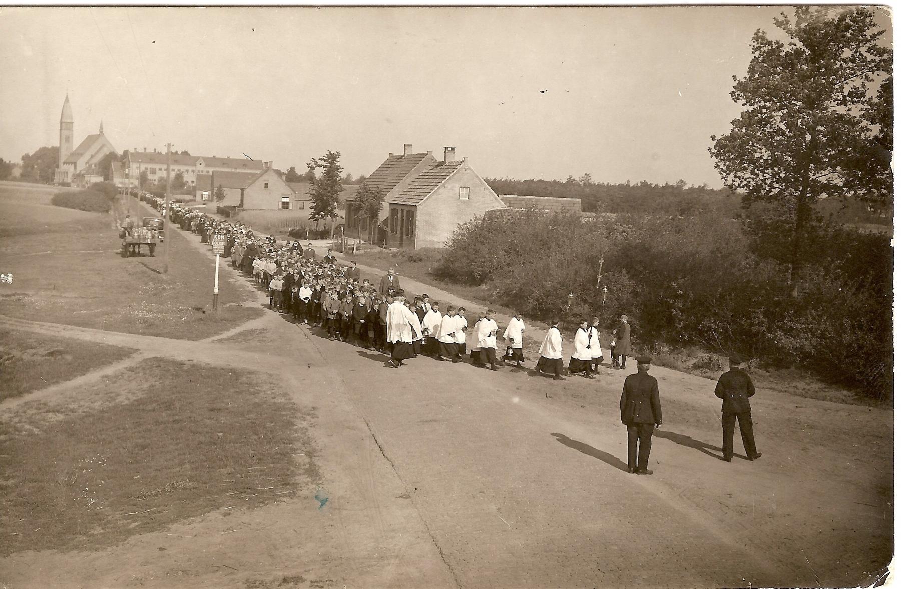 Datering 1925.  Processie.