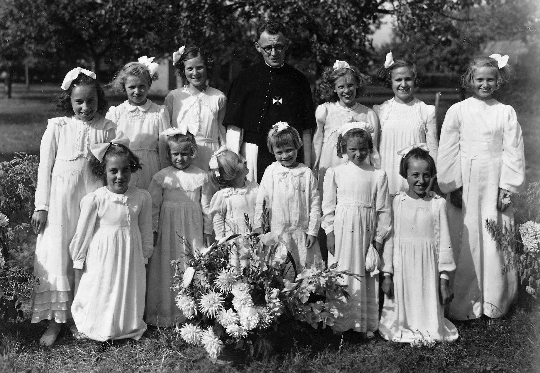 Datering 1947. priester-fesst-Gidus-Donkers