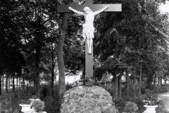 Datering 1938. Kruisbeeld.