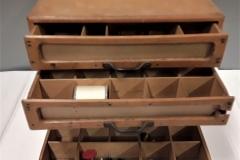 Fournituren ladenkastje.