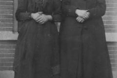 Datering onbekend. Marie van de Horst ( links ) en  Antonia Bevers ( rechts ).