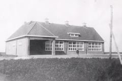 Datering 1933. Sint-Corneliusschool-te-St.-Jozefpeel-Venhorst.-achterkant-Voor-de-school-P.J.-Menne-hoofd-der-school.