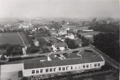 Datering 1965. Mariagaarde-aan-de-Bernhardstraat-gebouwd-in-1956.-Vooraan-de-Achterzijde-van-de-school-rechts-de-Burgtstraat-midden-de-Bernhardstraat-uiterst-links-het-sportterrein.