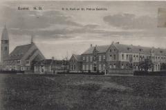 Datering onbekend. Gezien-vanuit-het-zuidoosten-van-links-naar-rechts-nieuwe-parochiekerk-gebouwd-in-1925-St.-Joseph-school-voor-meisjes-gebouwd-in-1924-in-1956-v.g.l.o.-school-St.-Petrusgesticht-zu