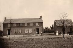 Datering 1953. Het nieuwe woonhuis van Wim en Riek van de Wetering