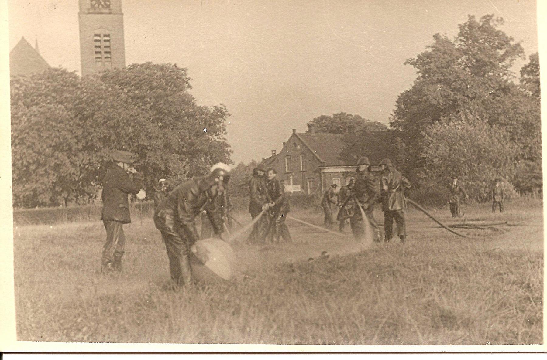 Datering 1950. Brandweeroefening.