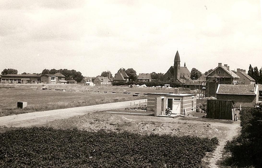 Datering 1960.  Dorpsgezicht gezien vanaf de Irenestraat.