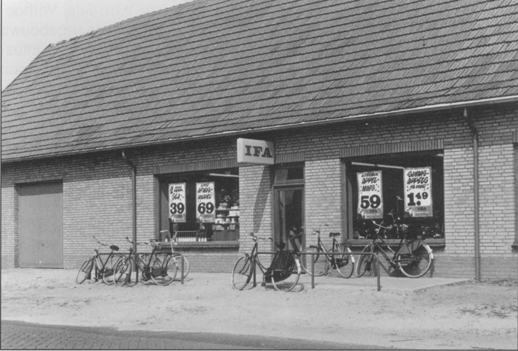 Datering 1971. Opening van de IFA-winkel van Harrie Biemans