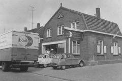 Datering 1975.  Boekos