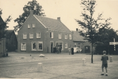 Datering 1953. Kruising Kerkstraat - Rutger van Herpenstraat.