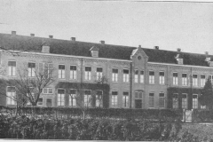 Datering 1924. Rechterflank van het klooster