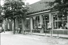 Datering 1964. Warenhuis / winkel van Arnold van de Hoogen.