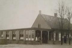 Datering 1935. Café, bakkerij en levensmiddelenwinkel van Hein Verhoeven aan de Volkelseweg.